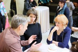 Rea Raus arutamas haridusteemasid koos konverentsi kaasesinejate Prof. Arjen Walsi ja Natalia Eernstmaniga